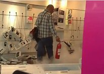 Cliente infuriato distrugge negozio di T-Mobile a Manchester