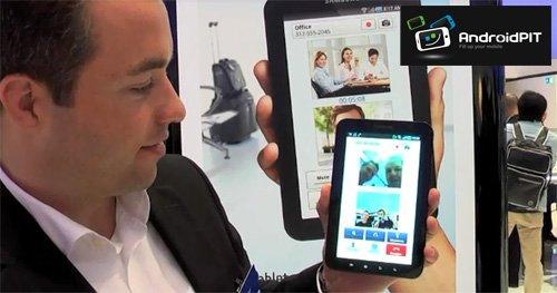 Produktmanager Lars Rabach beim Test der Videotelefonie