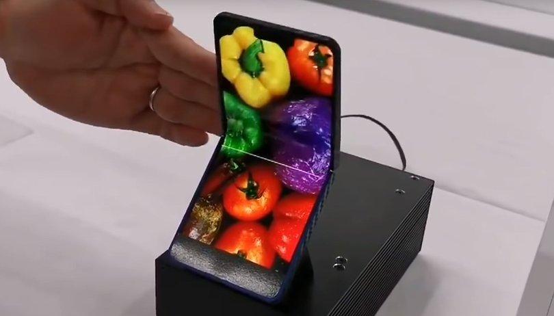 Lo smartphone pieghevole di Sharp ricorda i vecchi telefoni cellulari