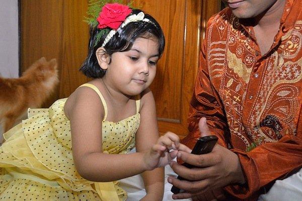 800px Kid Touching Smartphone Dum Dum Kolkata 2012 04 22 1767