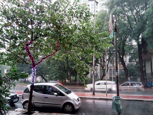 Imagem capturada em ambiente nublado e chuvoso.