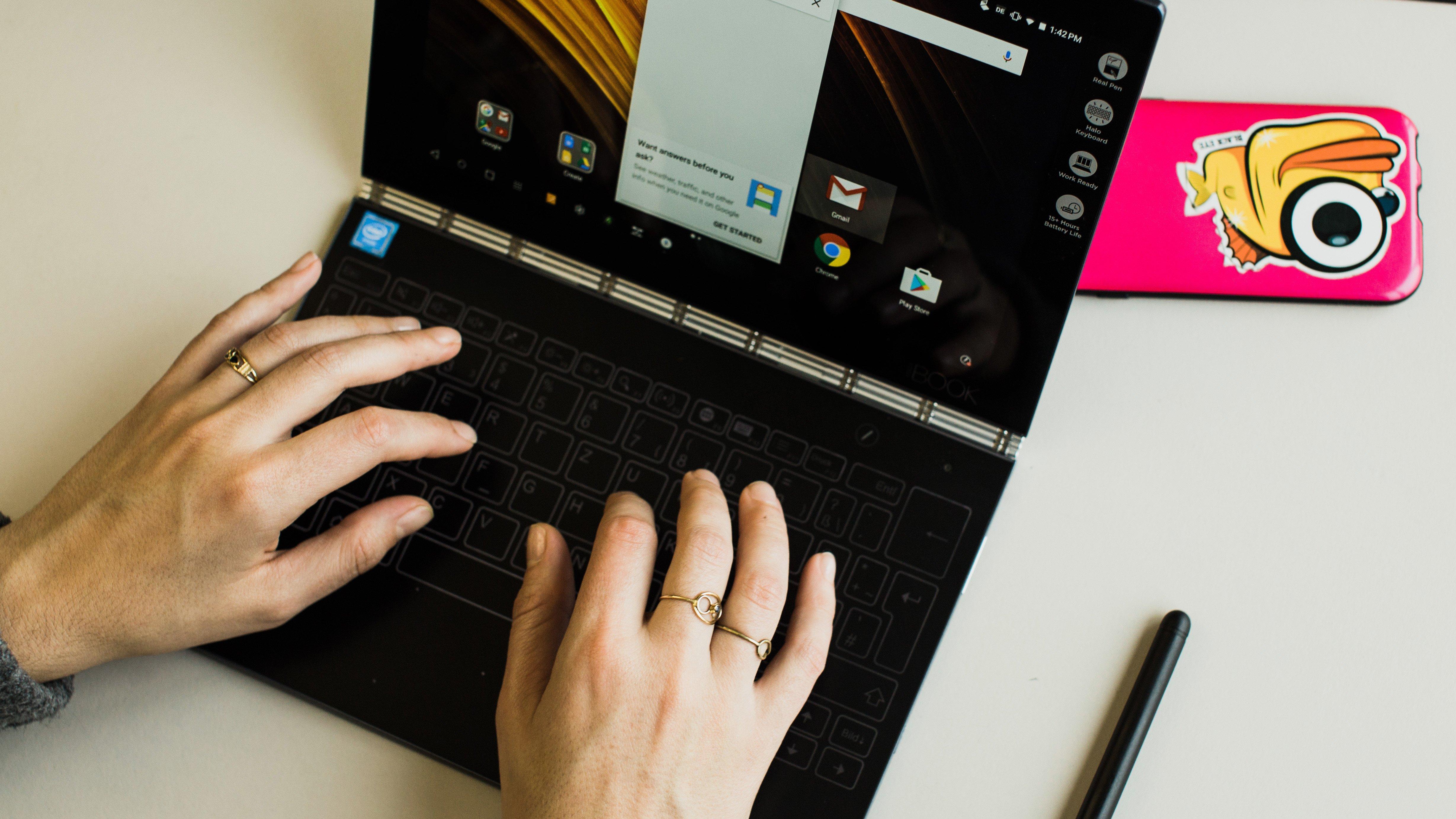 Resultado de imagem para pessoas usando tablets