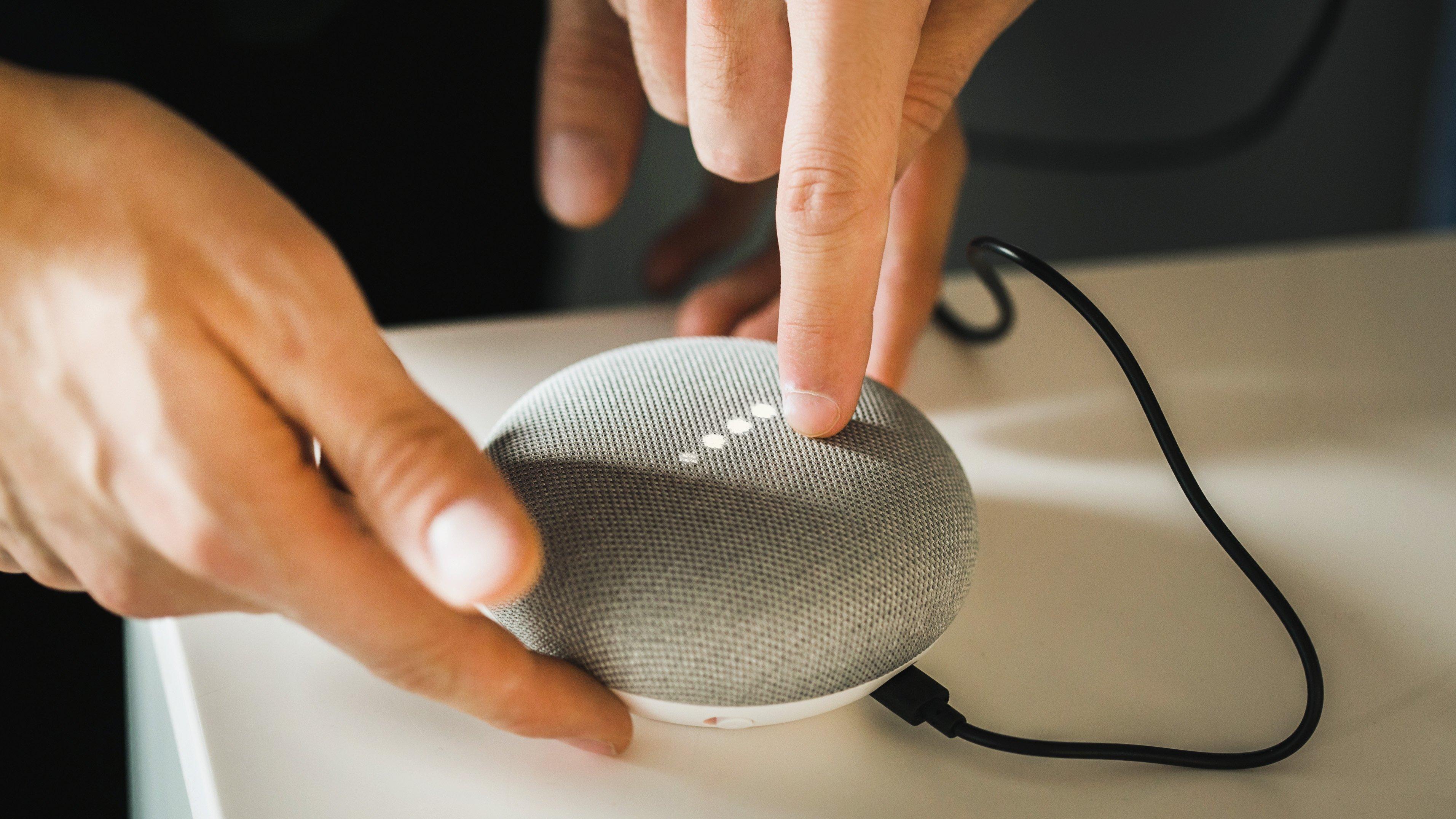 comment configurer ou r initialiser un google home mini androidpit. Black Bedroom Furniture Sets. Home Design Ideas