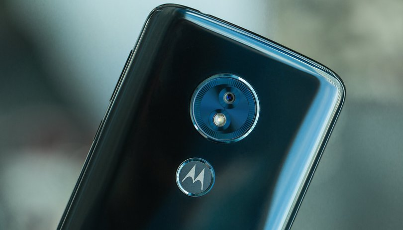 Review do Moto G6 Play: a promessa de horas longe da tomada voltou