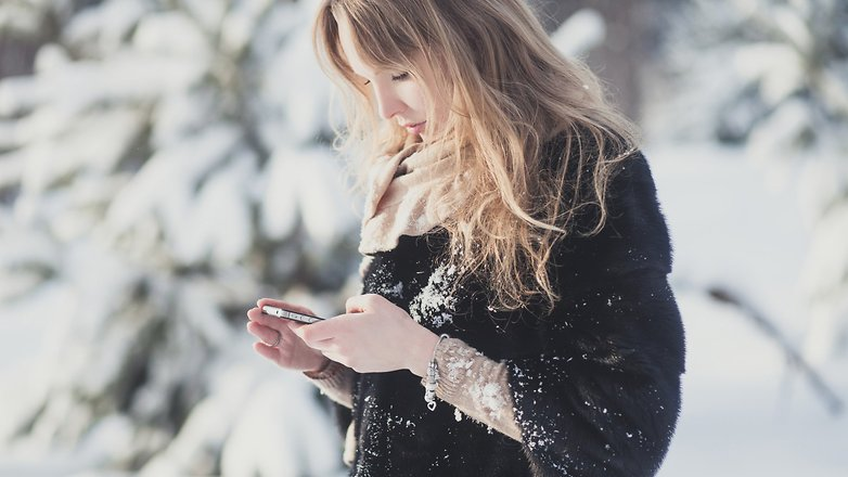 Androidpit Ira Efremova Using smartphone in winter