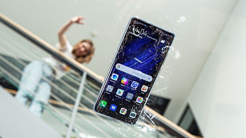 androidpit kaputt gefallenes Smartphone geknackt