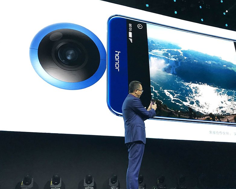 ming zhao holds honor vr camera