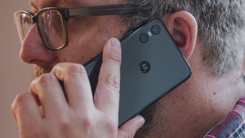 AndroidPIT motorola one ear