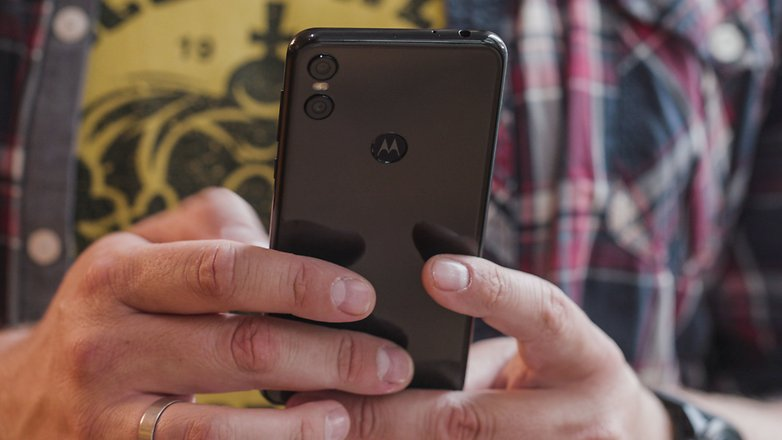 AndroidPIT motorola one hands