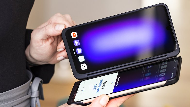 AndroidPIT lg v60 thinq second screen hands