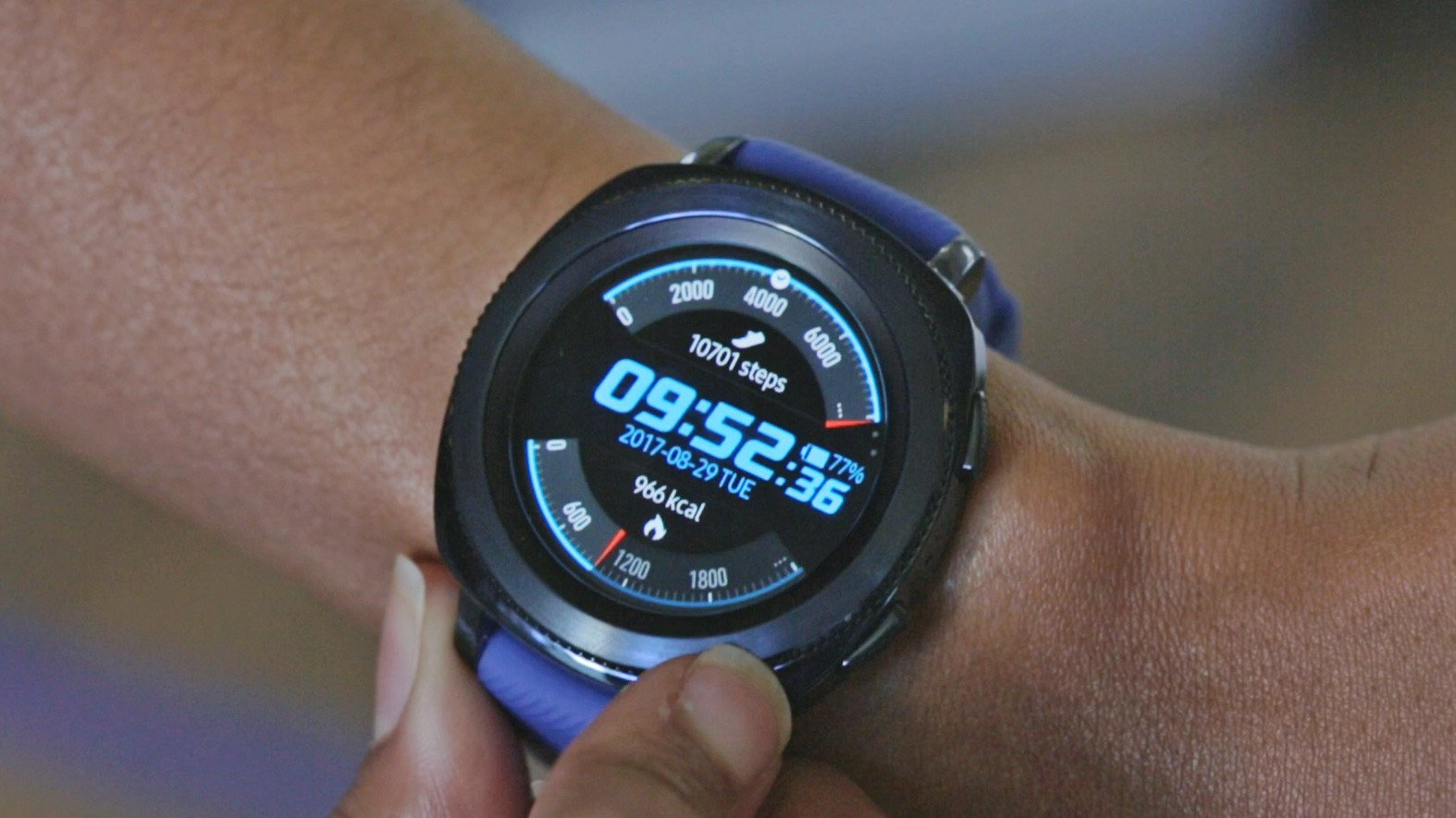 samsung gear sport review smaller better more sporty. Black Bedroom Furniture Sets. Home Design Ideas