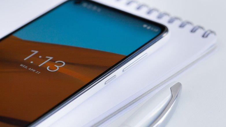AndroidPIT Motorola G8 side