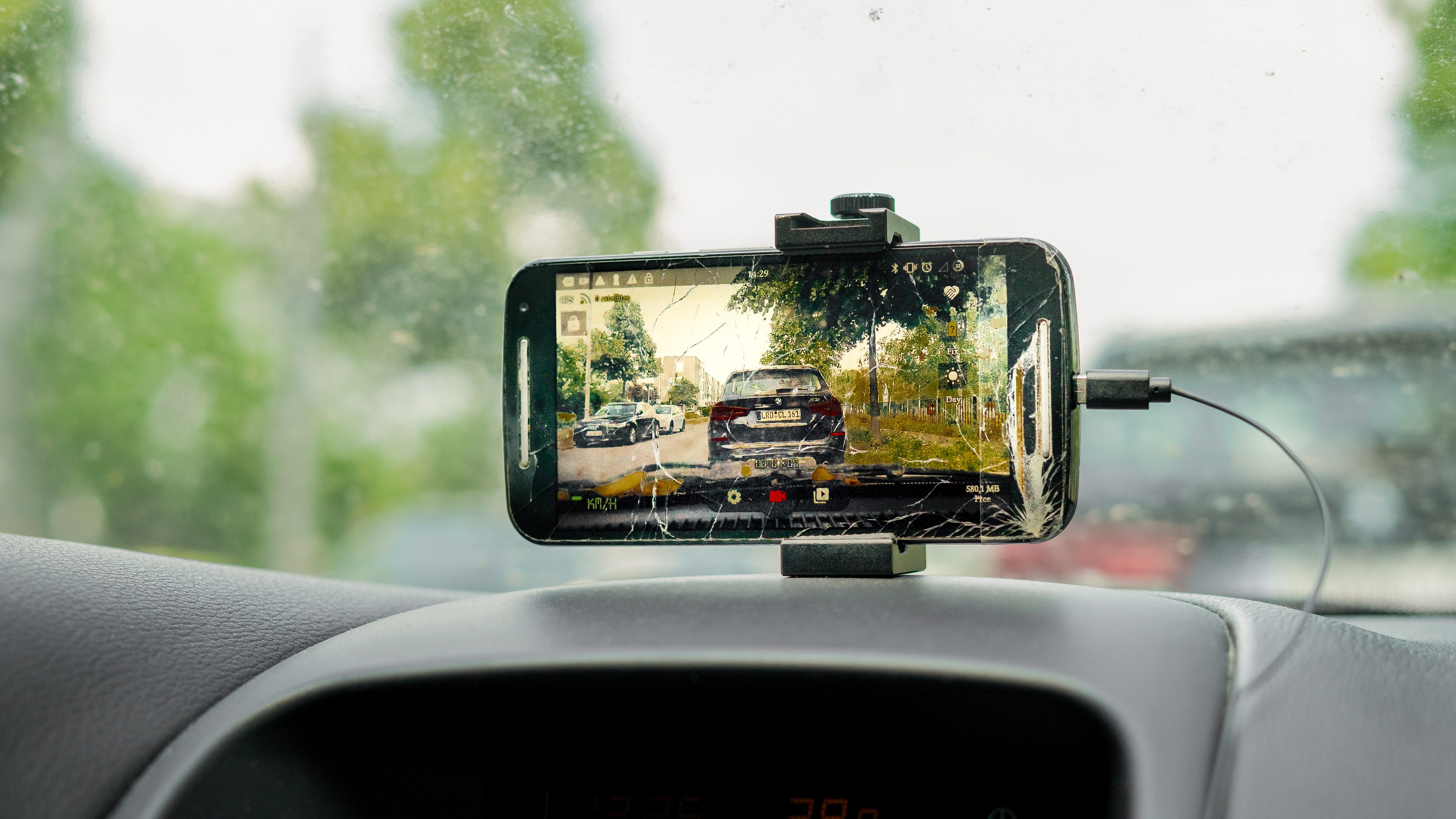Use your old smartphone as a dash cam – legally and safely