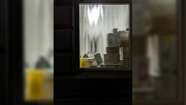 Das Bild zeigt ein Fenster in der Nacht.