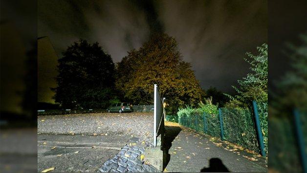 Wolken ziehen am Pixel 4a 5G vorbei und verschwimmen im Nachtmodus.